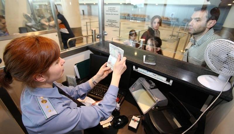 Control de pasaporte en primera persona.